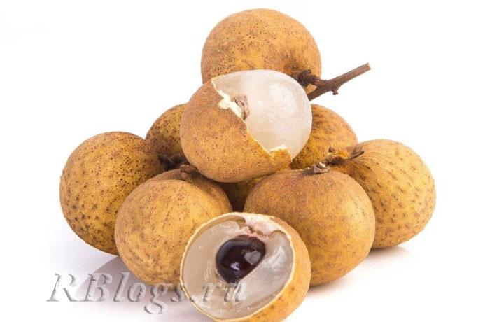 На фото несколько плодов неочищенного лонгана и один в разрезе